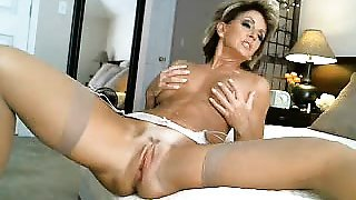 Busty cougar in heat drives her aching slit to pleasure on